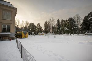 Allt till höger om skolan är avstängt för eleverna.