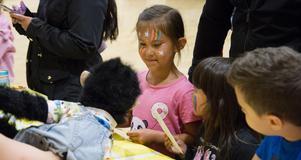 Novalie, 6 år, fick en autograf och hon pussade även apan Totte. Totte pussade alla som ville.
