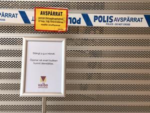 Polisens har spärrat av guldsmedsbutiken efter nattens inbrott. Inbrottstjuvarna tog sig in i Valbo Köpcentrum genom taket.
