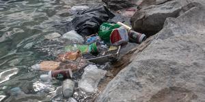 Efter sommarens värme ligger resterna kvar i kalkbrottet. Nedskräpningen är ett problem som kostar mycket pengar för fastighetsägaren.