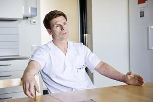 Sjuksköterskan Kenneth Hopp driver ett bemanningsföretag och har ser ingen nedtrappning av behovet av hyrsjuksköterskor, tvärtom.