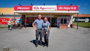 Tomas Taraldsson och Sandra Zakariasson framför butiken i Åkers styckebruk. De nya skyltarna har kommit upp ovanför entrén.