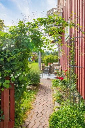 Vacker trädgård. Foto: Fastighetsbyrån Sala