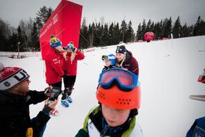 Många av deltagarna i Frida Hansdotter Cup ville få en bild på sig tillsammans med OS-guldmedaljören.