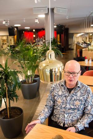 – Jag ville ha en lokal som bara var för oss, ett ställe där man kan dansa, ta en öl, äta och sitta ned en stund. Så jag tog kontakt med Konserthuset angående foajén där de har haft väldigt lyckade kvällar med Klubb mono, säger Lars Ekberg.