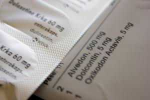 """Nu är doserna nere på 5 mg per morfintablett, två gånger om dagen. """"När det var som värst fick jag 55 mg oxikodon och 55 mg dolcontin vardera, fyra gånger om dagen"""", berättar Maja.  Dolcontin är ett långtidsverkande morfin som enligt FASS ska användas med stor försiktighet och max två gånger om dagen, med tolv timmars mellanrum."""