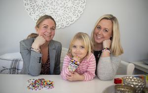 Målet är att nå 200 000 kronor i Mollys minnesfond. Pengar ska bland annat samlas in genom att sälja armband. Maria Skalin (nominerad till  Årets Hjältepris), Alice och Sandra Bergendal.