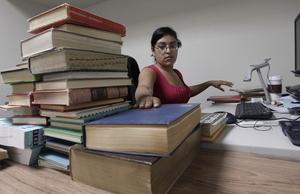 Adriana Garin katalogiserar böcker på Internet Archives fysiska lagerlokal i Richmond. Foto: AP/Jeff Chiu