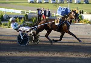 På rekordtiden 1.10,0 styrde Örjan Kihlström Delicious U.S till seger på Bergsåker.