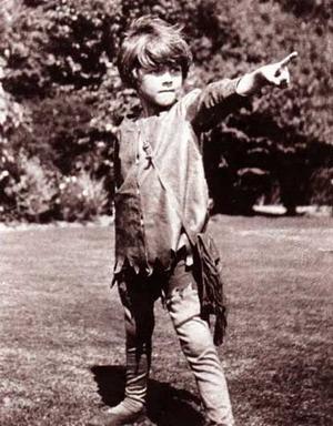 Michael Llewelyn Davies leker Peter Pan 1906. Foto: J. M. Barrie