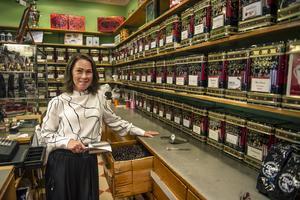 Lådorna fylls med nyrostat kaffe som Nina Widenberg visar upp.