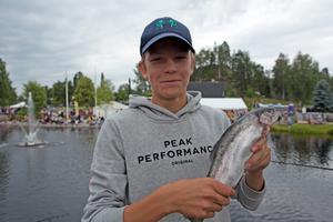 Gustav  Lindahl drog upp tävlingens första firre ur kanalen. En riktigt fin regnbåge.