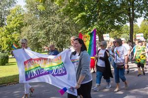 Yvonne Abrahamsson Månsson och Johanna Bergman Laurila från ungdomsmottagningen i Fagersta gick i paraden med Region Västmanland. I höst startar de en grupp för hbtq+personer.