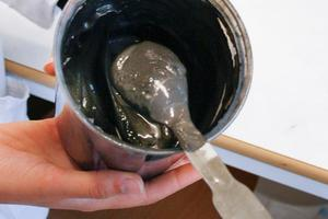 Blandningen som styrks i ett tunt lager på papperet består av nanografit och saltvatten.