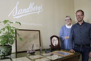 Nu öppnar Sandbergs en historisk jubileumsutställning med axplock från firmans 160-åriga historia. Annika är fjärde och Fredrik femte generationens Sandberg som driver verksamheten vidare.