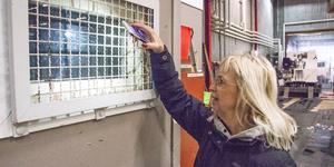 KHC:s Ewa Risberg lyser med telefonen in genom fönstret till sitt kontor. Exakt vad som stulits vet hon inte.
