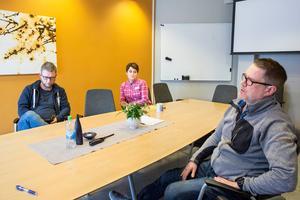 Lärarna Staffan Lindberg, Pia Lundqvist och David Crawford jobbar alla på Vivallaskolan. De väljer nu att gå ut och berätta om problemen på skolan som de menar måste få mer resurser.