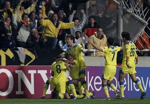 Apoelspelarna firar ett mål mot Lyon under deras succéäventyr i Champions League 2012. Foto: AP Photo/Petros Karadjias