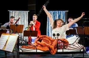 Sanna Salomaa med sin oboe i flickans roll och i bekväma scenkläder. Bild: Lia Jacobi