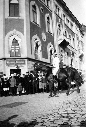 Korsningen Nybrogatan och Skeppsbron med Wirströms konditori i hörnet, troligen 30-talet.
