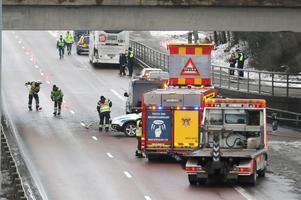 Räddningstjänsten sanerade vägbanan, därefter och sedan olycksfordonen förts bort kunde vägen åter öppnas för trafik vid 13-tiden.