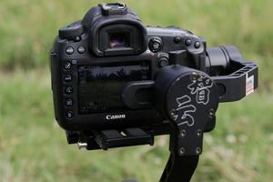 – Öka ISO vid mörker. ISO. Desto högre ISO, desto ljuskänsligare blir kameran. Kanske blir det mer brus i bilderna, när man ökar ISO. Men känslan är ibland viktigare än en brusfri bild. Med ett kort Skärpedjup suddar man också ut bak- och förgrund och istället poppar objektet fram.