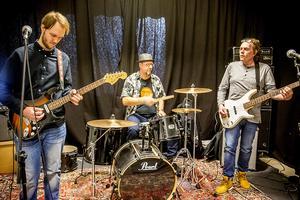 Let the guitar play spelas vid vårt besök i replokalen i Härnösand.