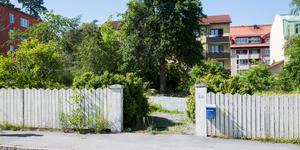 Här, på Övre Villagatan, vill fastighetsägaren bygga 15 lägenheter. Men kommunen säger nej.