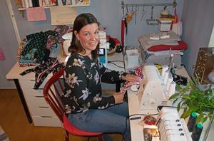 Carina Lundgren är en av många sömmerskor som på fritiden syr barnkläder helt ideellt. De pyttesmå prematurkläderna kommer sys från storlek 34.