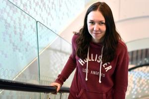 Liv Åkerman vandrar upp för en av de nya trapporna i den nya skolan.
