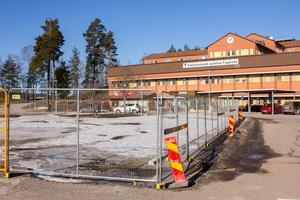 Det inhägnade området utanför Bergslagssjukhuset ska bli grönt och trevligt till sommaren. Även infarterna ska göras om och bli tydligare. Just nu avvaktar man varmare väder för att komma igång med bygget igen.