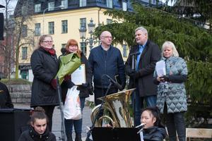 Åsa och Anna Landin från FUB, Tomas Sjögren och Robert Andersson samt konferencier Anki Johansson.  Musiken stod elever från Södertälje musikskola för.