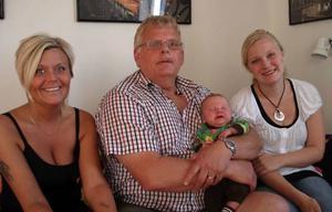 Lena Elofsson-Edler, 39, Gällö, mormorsfar Gösta Elofsson, Gammelänge, Wiggo Elofsson i gammelmorfars knä och mamma Frida Elofsson, 21, Bromma.Foto: Anne-Marie Elofsson