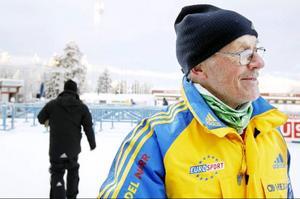 Erland Sandqvist fäster reklambanderoller och är en veteran inom skidområdet. Han har varit engagerad sedan 1950-talet.