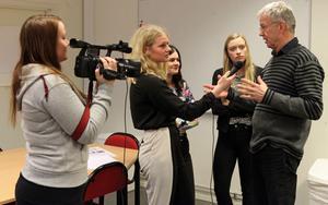 Ylva Åhsberg, Sara Malm, Matilda Zeneli och Sarah Pengel intervjuar sin handledare Staffan Westerlund om projektet med mailadress: asbraskola@hotmail.com.