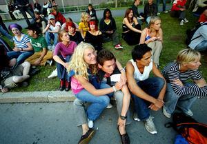 Yran 2003 . Publik som väntar på nästa artist på Tutti Frutti-scenen.