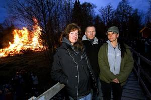 Ovanligt lugnt. Nattvandrarna Mona Hantzmann, Magnus Helldén och Anna-Karin Nyström upplevde ett ovanligt lugnt valborgsmässofirande. Polisens och kommunens satsningar gav resultat.