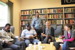 Samtalsgrupp. Från vänster ser vi Ibrahim Afa, Yonas Tsegay, Mohamed Hawawesta, Anna-Lisa Asplund och volontären Eva Händig. Foto: Veronique Slottberg