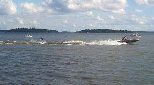 Wakeboardåkare åker på Mälaren, utanför Lögarängen i Västerås. I lördags i det soliga vackra vädret. En härlig syn!