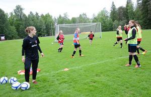 Inspirerande. Nora-Pershyttans BK lyfter fram tjejfotbollen i ett särskilt projekt. I helgen ordnades aktiviteter för alla tjejer i klubben.