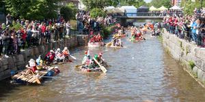På årets å-race var det packat med åskådare längs båda sidorna av Köpingsån.