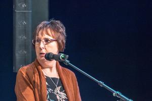 Politiska vilden Gunilla Zetterström Bäcke krävde att kommunfullmäktige drar tillbaka beslutet att sälja Mobacka.