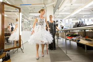 Jenny Emrén, vd för Handelskammaren Mälarstaden och projektledaren Mia Järliden är nöjda med sina klänningar som gjorts av elever på Virginska gymnasiets hantverksprogram 2018. /Arkivfoto