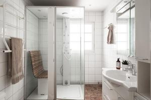Badrum med stor duschkamin.  Foto: Utsikten Foto