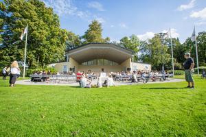 Här vid Stadsparkens stora scen ska torsdagens minnesstund för de omkomna vid flygkraschen hållas. /Arkivbild