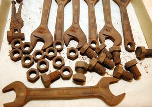 I sortimentet finns skiftnycklar, fasta nycklar, bultar och muttrar bland annat. Muttrarna går att skruva på bultarna.