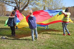 När vinden tog i var det svårt att hålla i fallskärmen.