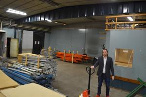 Bildemonteringens gamla lokaler byggs om till produktionshall till Falu Plåtslageri och kontor till Takab. Jon Onsbacke åker mellan de nya lokalerna på Zettergrens väg och de befintliga lokalerna på Matsarvsvägen.