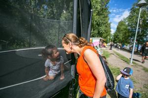 Det fanns en del att göra även för barnen, bland annat i Surfbukten. Katarina Olsen från Odensala argumenterade med 3-åriga dottern Ayla Olsen om att hon skulle lämna studsmattan så att också andra barn skulle få hoppa. Och så blev det, utan bråk eller klagan.