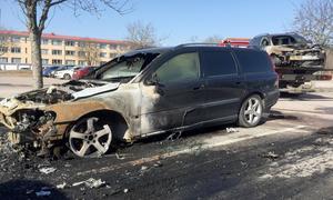 En av de bilar som blivit utsatta för skadegörelse natten mot lördag.
